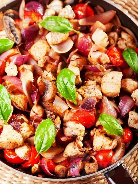 Пилешки хапки с чери домати, гъби, лук и босилек - снимка на рецептата